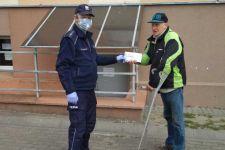 Policjanci z Szubina patrolując miasto przekazują obywatelom maseczki